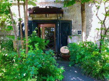 緑に包まれた石蔵レストラン「Dining&Gallery繭蔵」