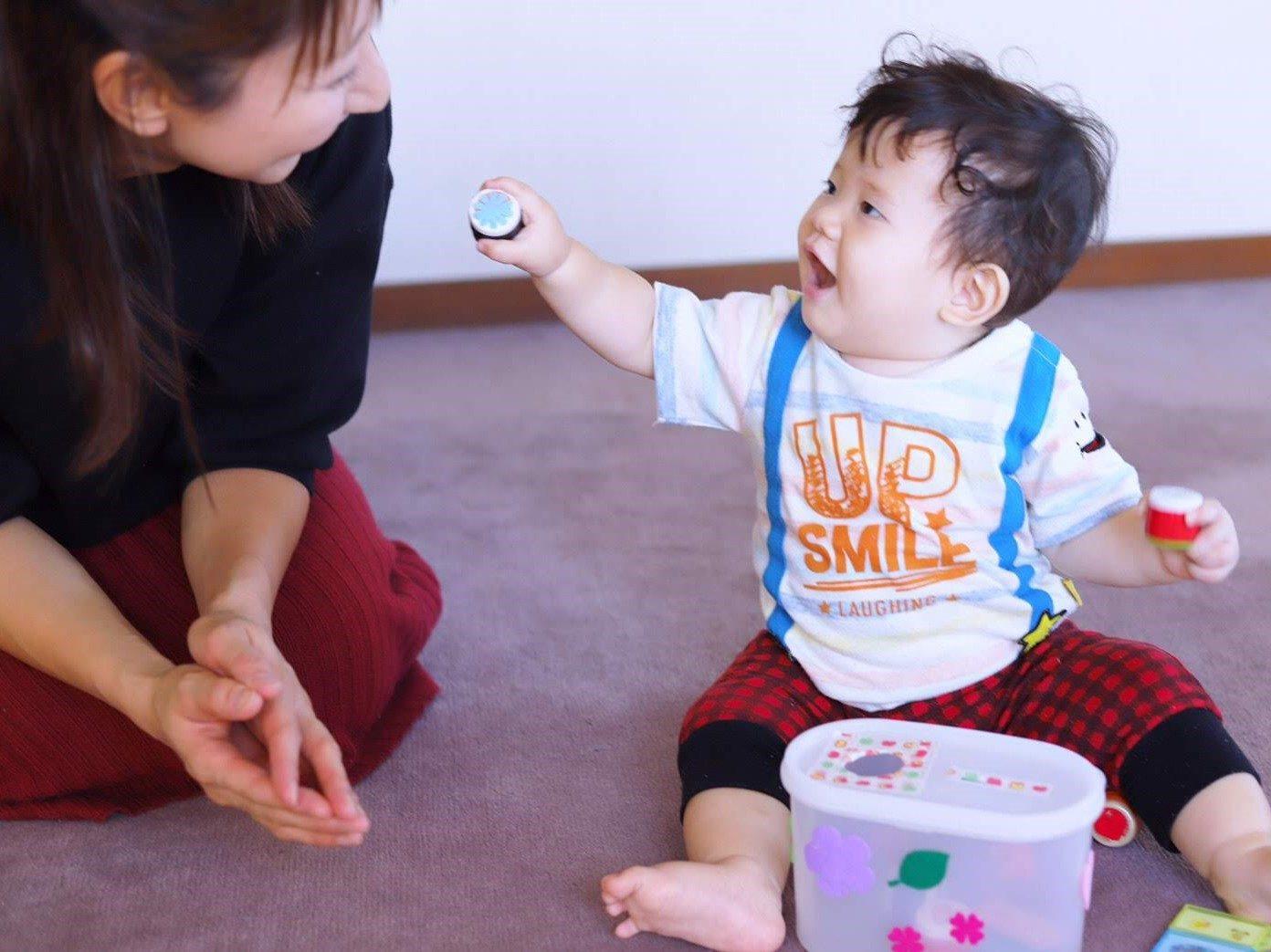 ママとおもちゃで遊ぶ赤ちゃん