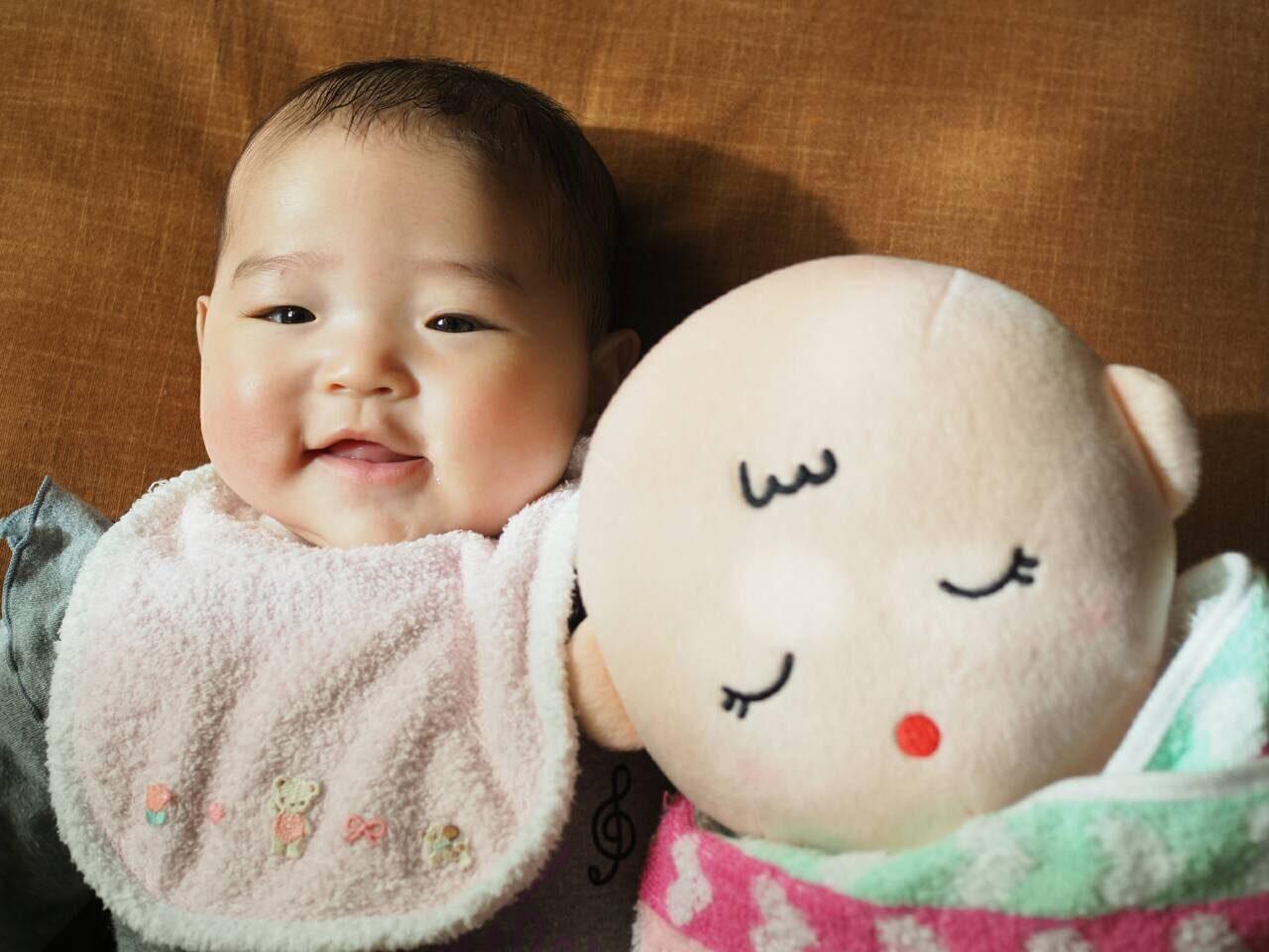 赤ちゃんと赤ちゃんのぬいぐるみ