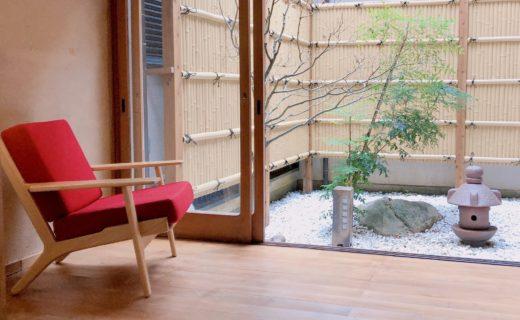 赤い椅子と縁側から中庭のながめ