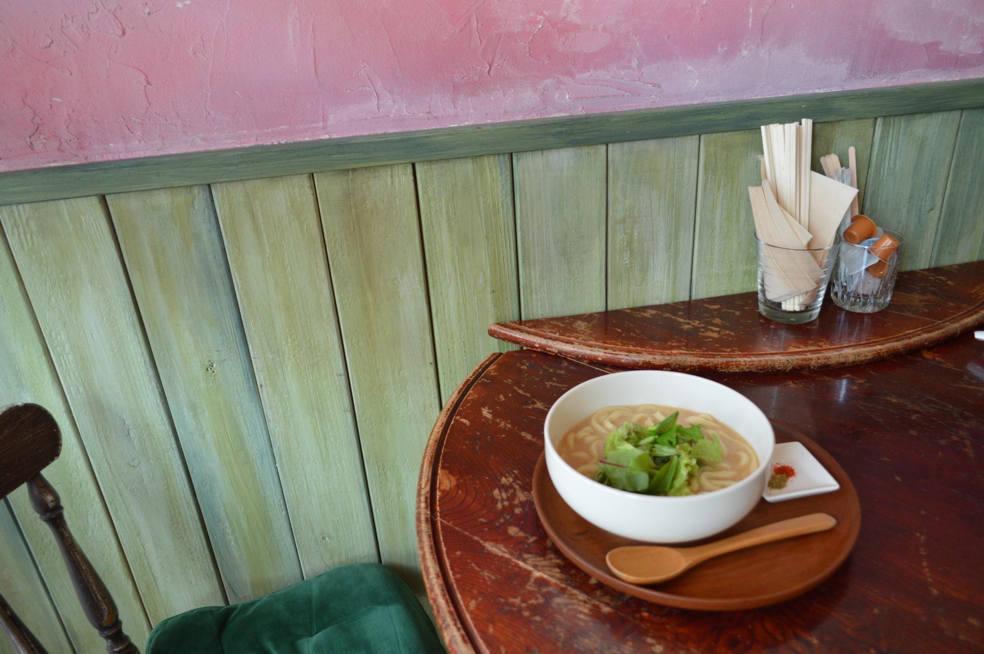 テーブルの上のスープ