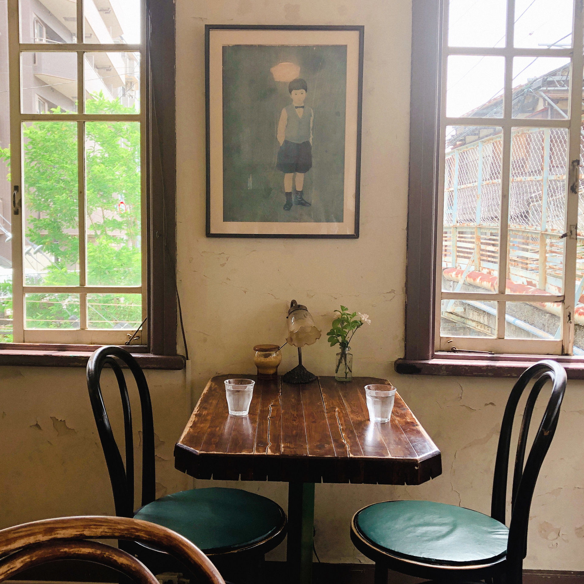 窓際テーブルと深津真也の絵