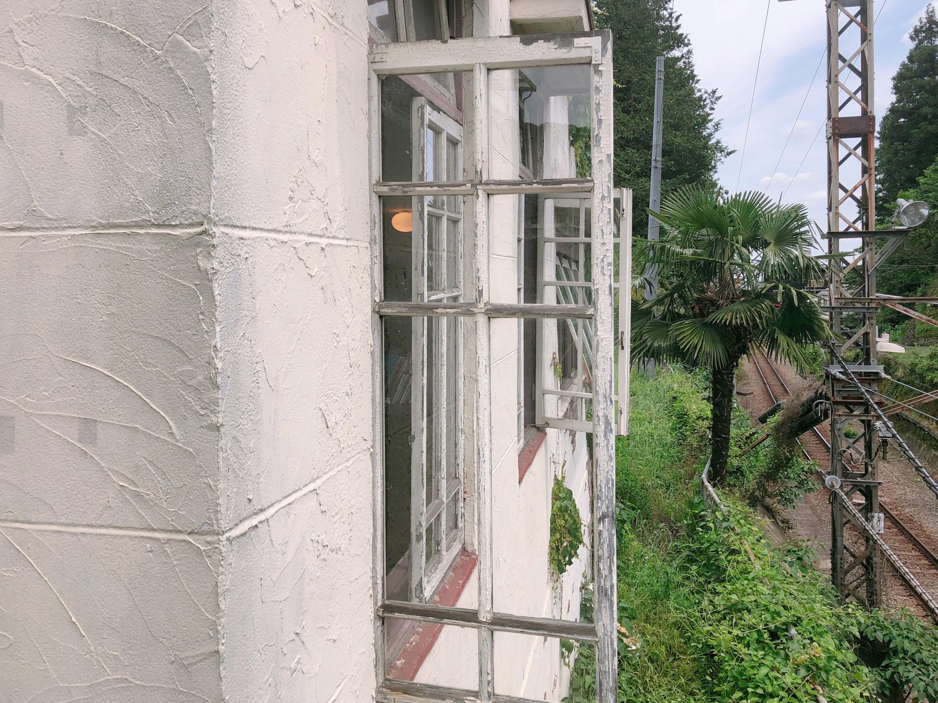 出窓の扉と線路