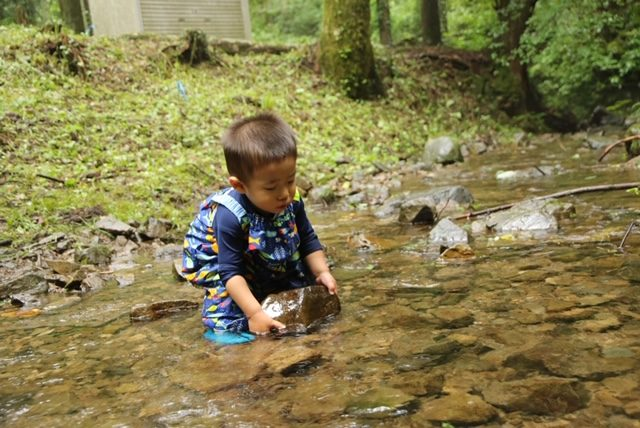 川辺の幼児