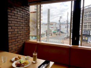 喫茶ここから、開放的な窓