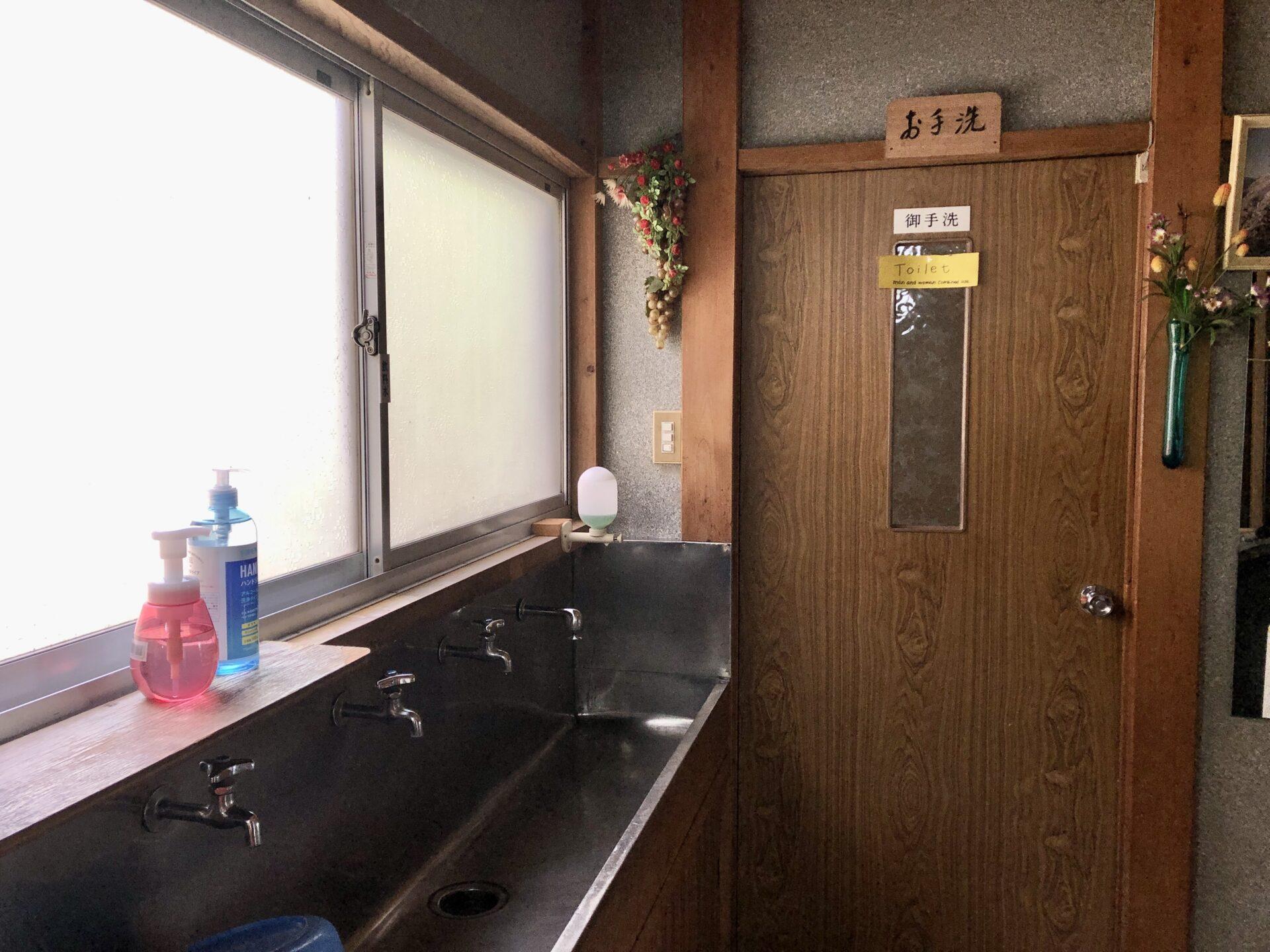 お手洗いと洗面台