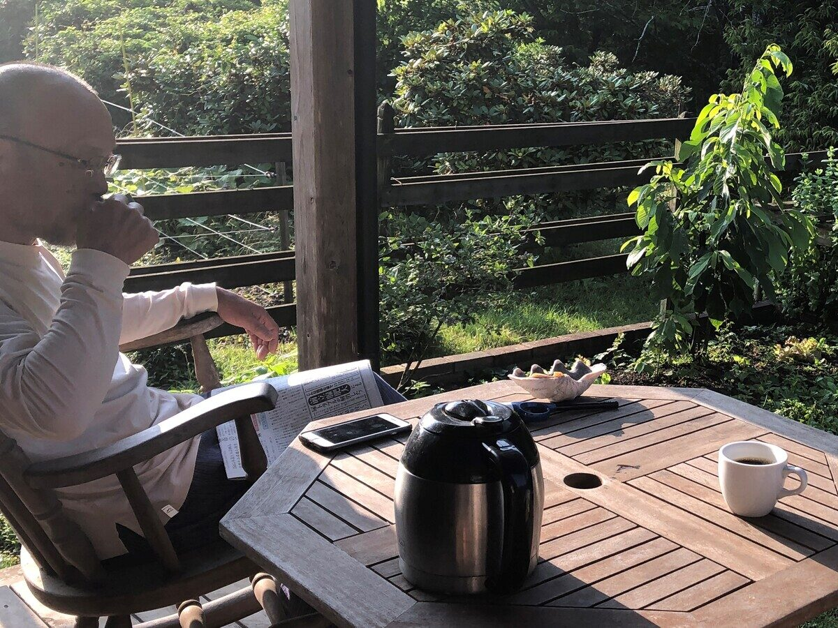 テラスでコーヒーを飲む野口さん